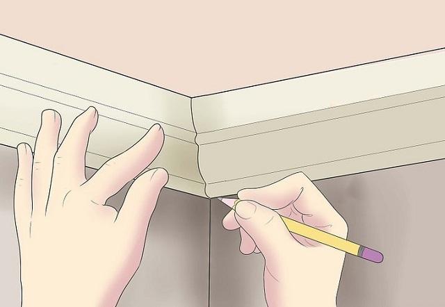 Один из самых простых, но и самый несовершенный способ подгонки потолочных плинтусов. Многие сложные профили таким способом подогнать невозможно.