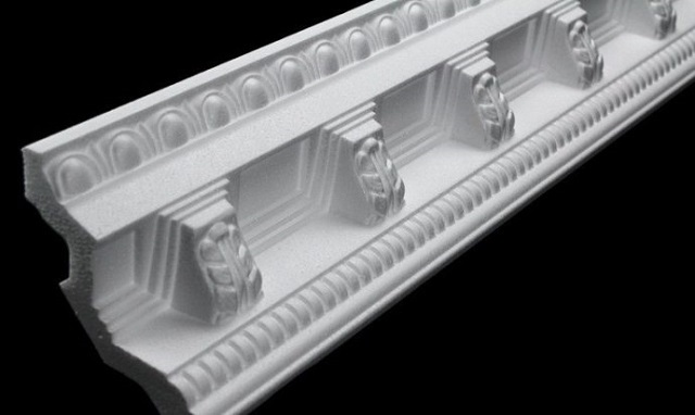 На срезе пенопластового багета хорошо видно структура материала.