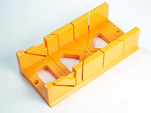 Стусло позволяет ровно отрезать рейки, плинтусы, другие детали отделки под углом в 45, 60 или 90 градусов.
