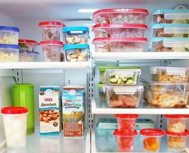 Использование пластиковых контейнеров для хранения пищи в холодильнике видится оптимальным решением по «оптимизации пространства» на полках камер.