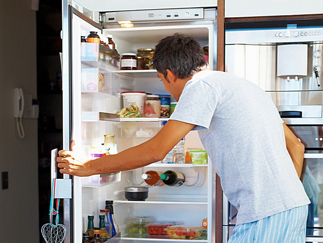 Знакомая картина для многих: открыли холодильник, и начинаем думать – что бы взять? А потом жалуемся на повышенный расход электроэнергии…