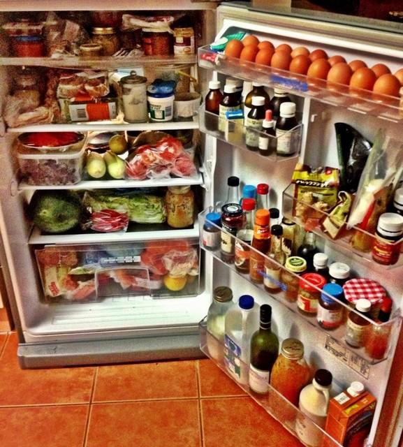 При подобном заполнении камер холодильника наивно рассчитывать на экономичность его работы.
