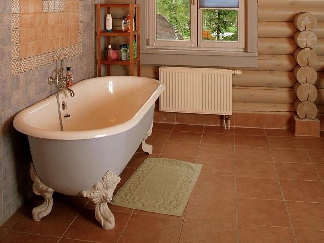 Деревянные полы, облицованные керамической плиткой.
