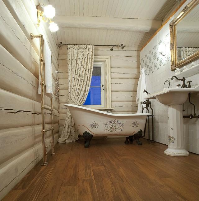 Дощатые полы в ванной деревянного дома.
