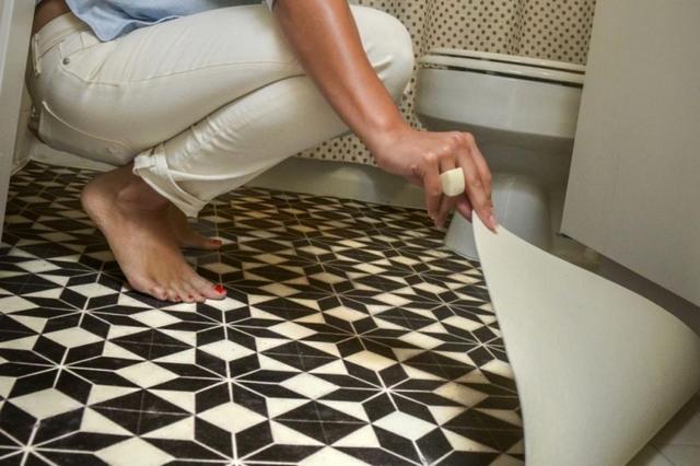 Линолеум в ванной комнате – допустим, но вряд ли относится к оптимальным вариантам.
