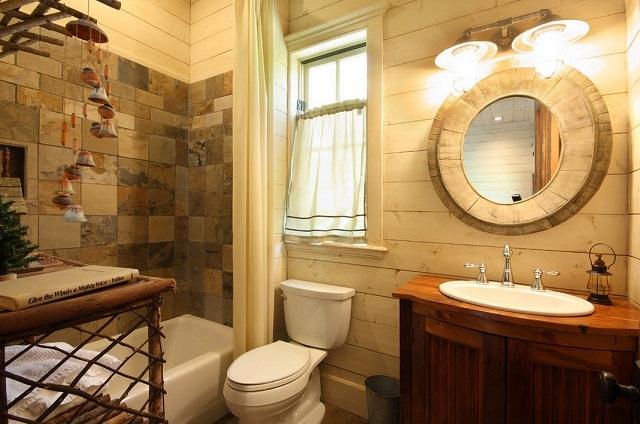 Сочетание натуральной вагонки и керамической плитки, имитирующий резаный шлифованный камень, станет отличным декором для ванной комнаты.