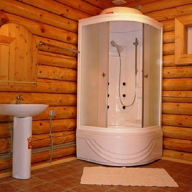 Душевая кабинка закрытого типа хороша уже тем, что сама по себе обеспечивает изоляцию пространства для принятия водных процедур.
