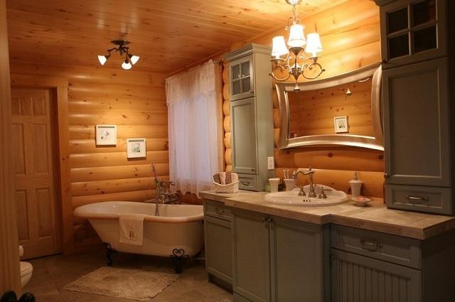 Ванная комната с сохраненными деревянными стенами и потолком, обшитым вагонкой.