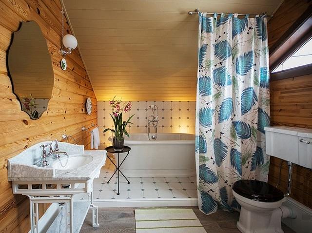 Ванная комната, расположенная в мансардной части дома.