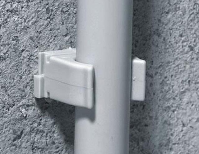 Пластиковые кронштейны-клипсы для крепления труб подходят для стен, возведенных из разных материалов.