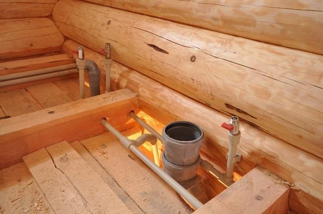 Прокладка труб канализации и водопровода в деревянном доме.