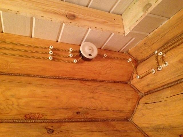 Открытая проводка в деревянном доме может очень даже неплохо смотреться.
