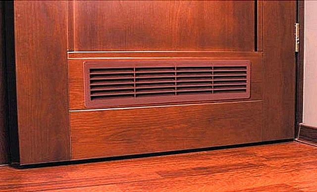 Вентиляционная решетка, обеспечивающая нужные объемы воздухообмена даже при закрытой двери в ванную. Некоторые про это почему-то забывают, сами  тем самым создавая условия для накопления сырости.