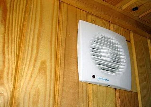 Вентилятор должен служить помощником, позволяющим вытянуть влажность из ванной как можно скорее. Но он не должен подменять постоянно функционирующую естественную вытяжную вентиляцию.