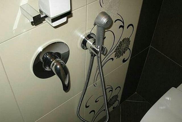 Гигиенический душ с однорычажным смесителем встраиваемого типа.