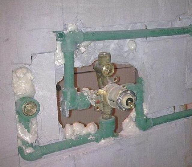 Скрытая подводка из полипропиленовых труб от водопровода к смесителю, и от смесителя – к водяной розетке душа.