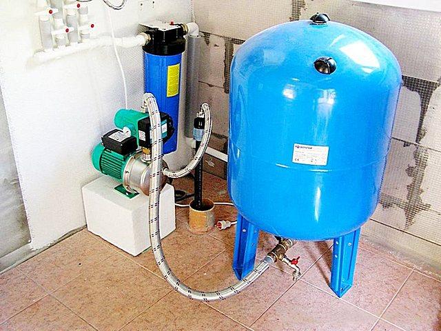 Расширительный бак – это всегда приличный запас воды под нужным давлением, достаточным для работы многих сантехнических приборов.