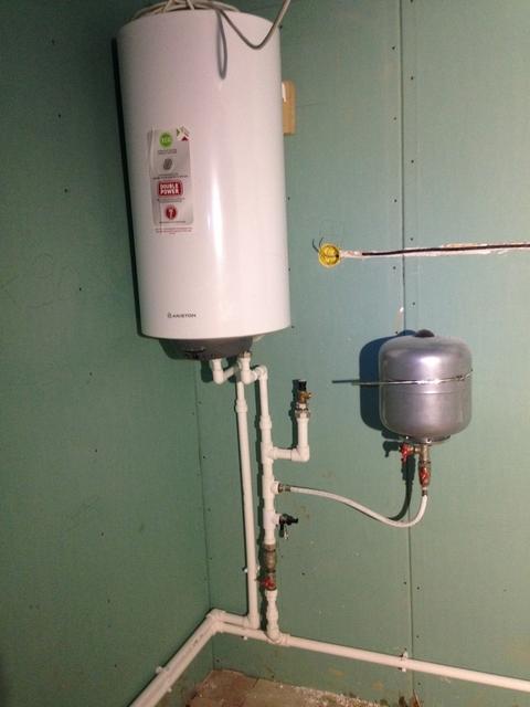 Расширительный бак нередко включается в обвязку бойлера прямого или косвенного нагрева.