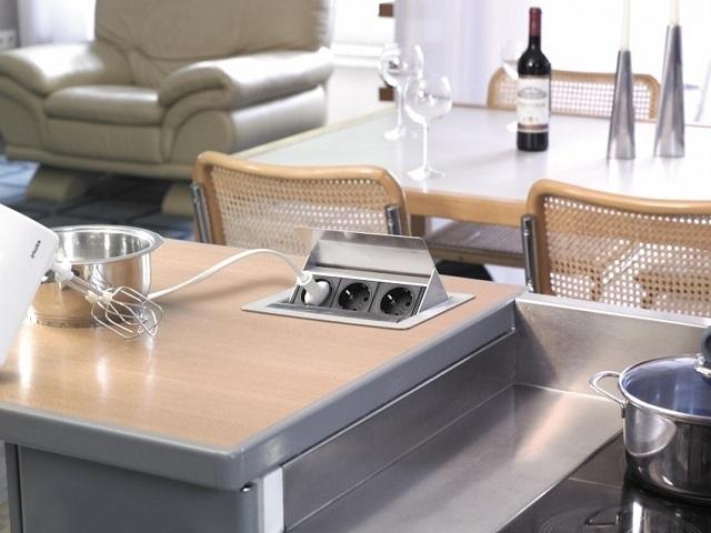 Блочные розетки, встраиваемые в поверхность столешницы, значительно упростят эксплуатацию бытовой техники, особенно в условиях кухни.