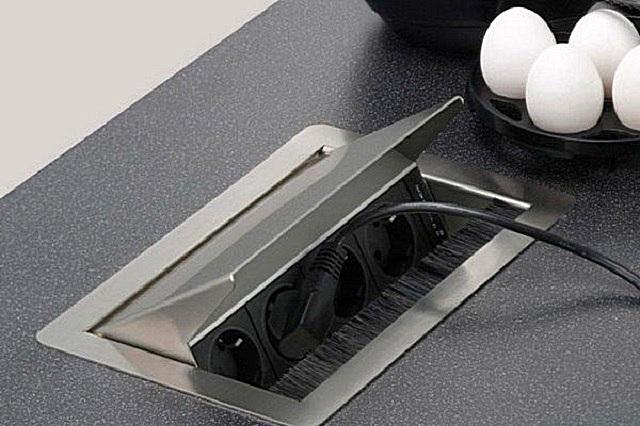 Специальная щетка, установленная в передней части блока, предохранит его от попадания загрязнений, а также при закрывании крышки сметет пыль непосредственно с разъемов.