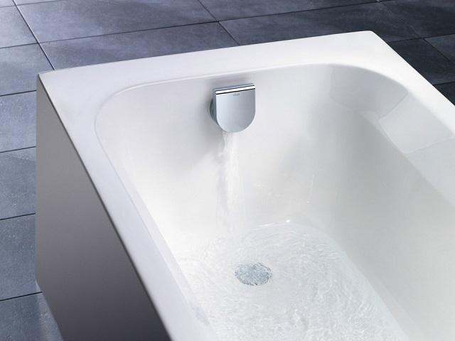 Ванна с набором воды через область горловины перелива.
