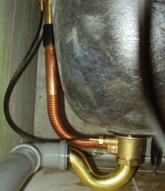 На иллюстрации хорошо показано расположение основных скрытых элементов системы: сифон, соединяющая слив с переливом трубка, подключение к канализационной трубе.