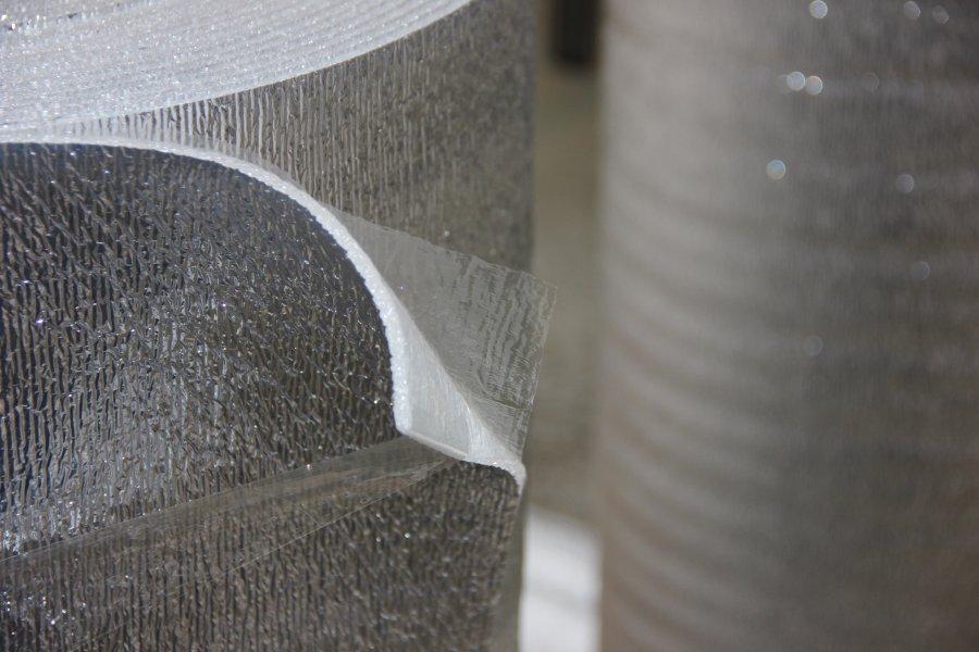 Материал на основе вспененного полиэтилена с покрытием из лавсана со слоем самоклеящейся пленки