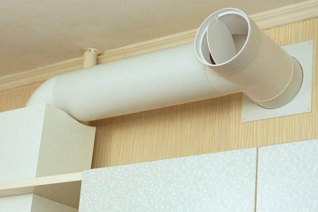В обычных условиях клапан открывает канал для естественной вытяжной вентиляции из кухни. Но если включается вытяжка над плитой, вытяжной канал работает только на нее.