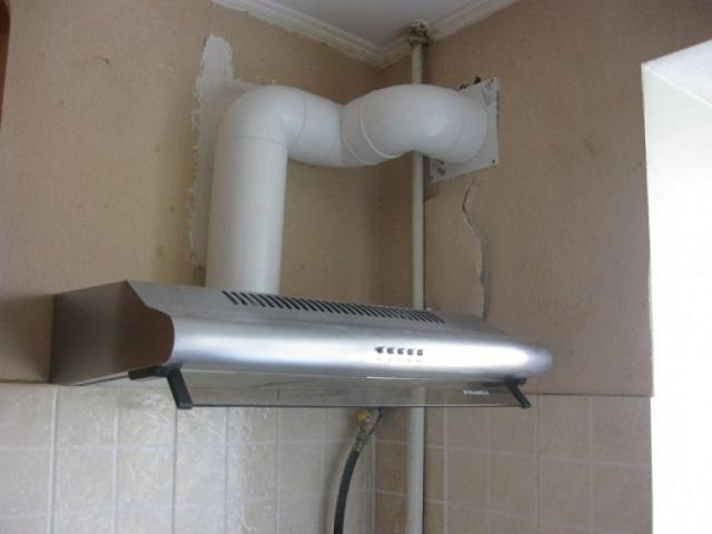 Вывод канала кухонной вытяжки через стену на улицу. В таких случаях требуется установка обратного клапана.