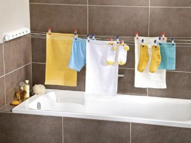 Сушка белья в ванной на постоянной основе крайне нежелательна.