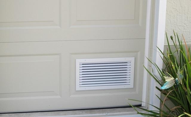 Вентиляционная решетка на двери в ванную.
