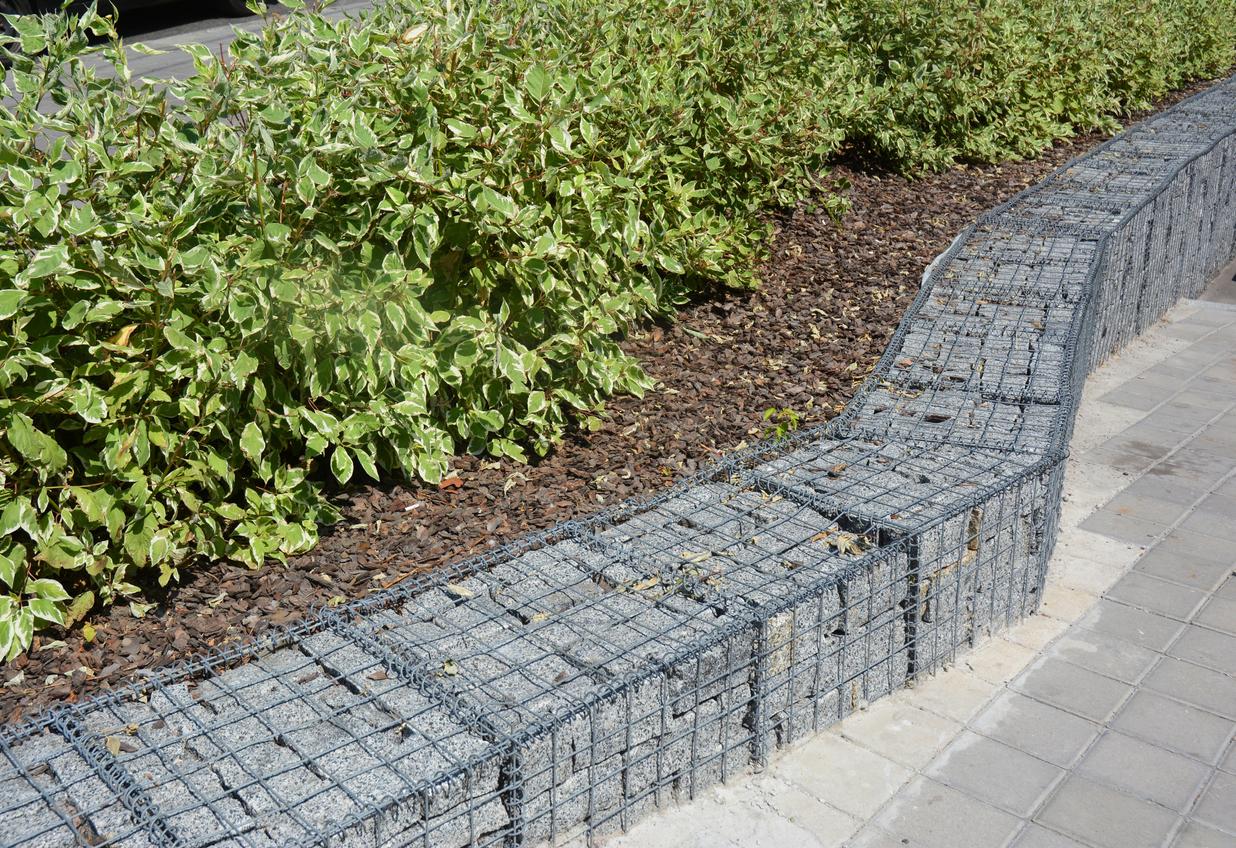 Низкая ограда, предотвращающая смещение грунта