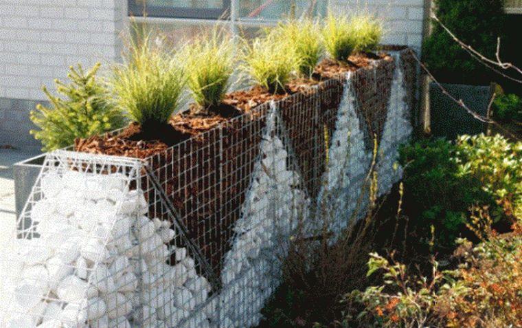 Удачное сочетание ограды и клумб