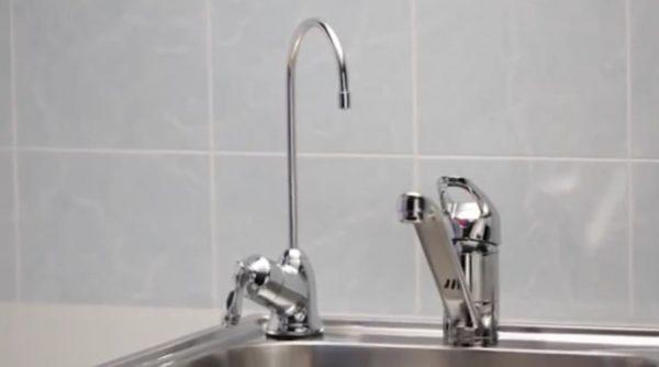 Чистая вода будет подаваться через отдельный кран, врезанный в мойку или саму столешницу