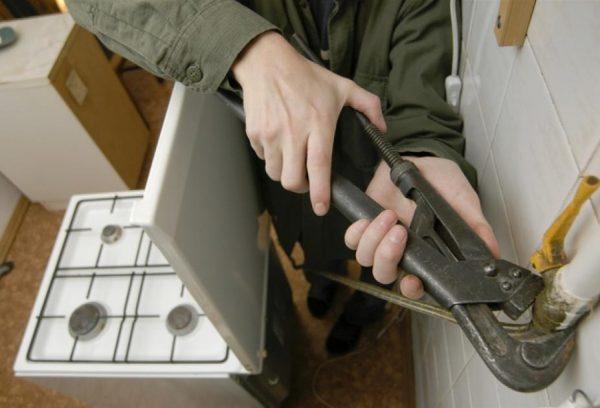 Демонтаж старой газовой плиты должен происходить с соблюдением мер предосторожности