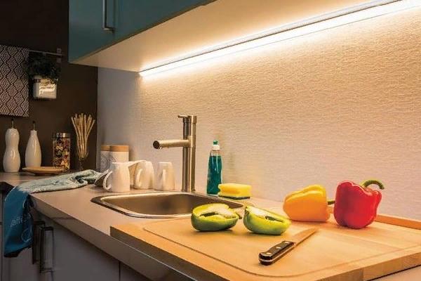 Монтаж линии над столом на кухне