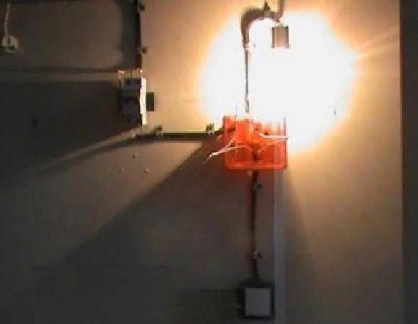 Если после подключения лампочка загорается, то проводники подключены правильно – теперь можно спрятать провода в распредкоробке и закрыть ее крышкой