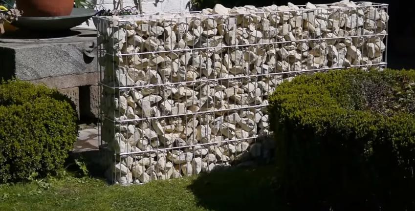 Заполненная камнями ограда