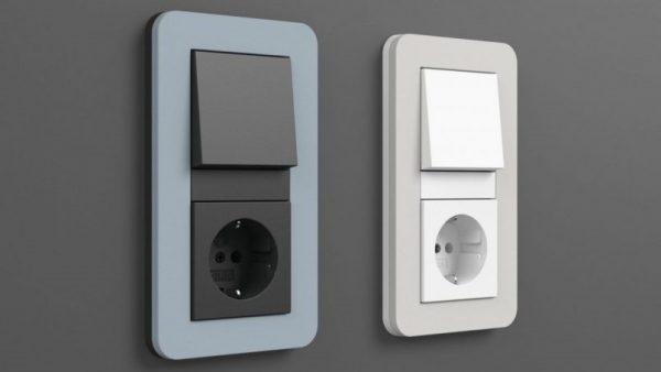 Выключатели с одной кнопкой нередко соседствуют с розетками – это удобно для прикроватных светильников