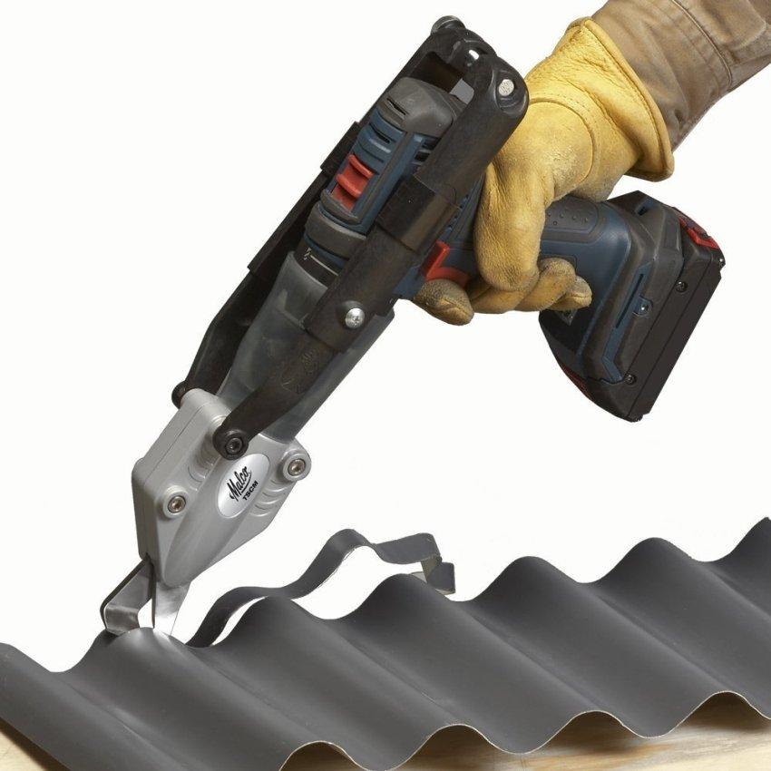 Верхняя режущая часть насадки передвигается вверх-вниз, разрезая таким образом металл и толкая его частички в прорезь