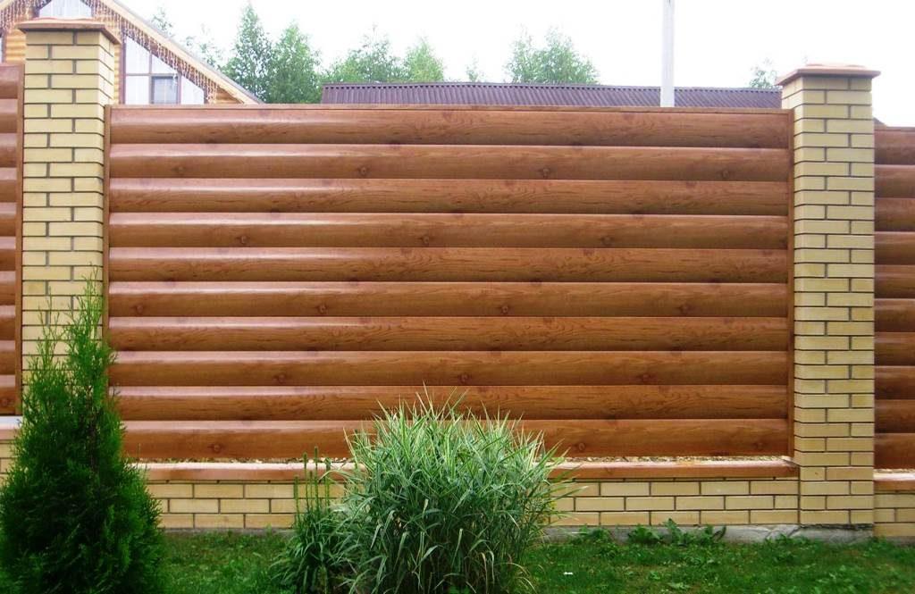 Забор из металлического блокхауса