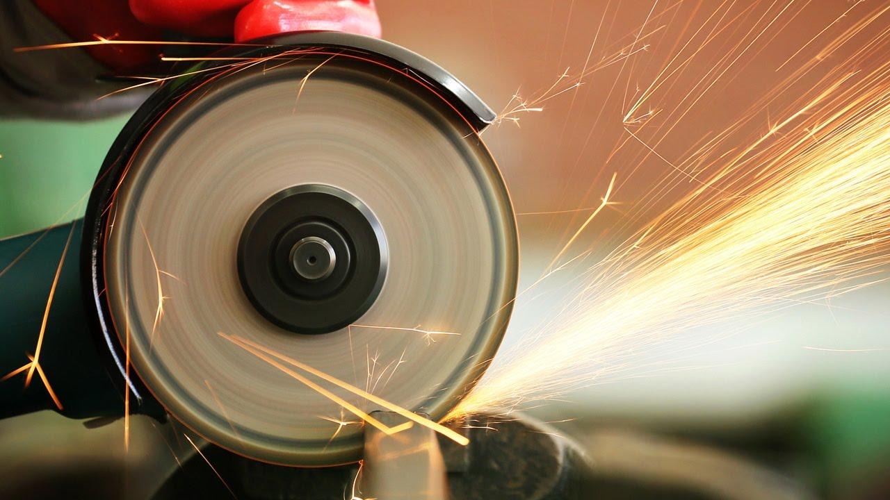 Многие мастера используют болгарку для резки листового металла