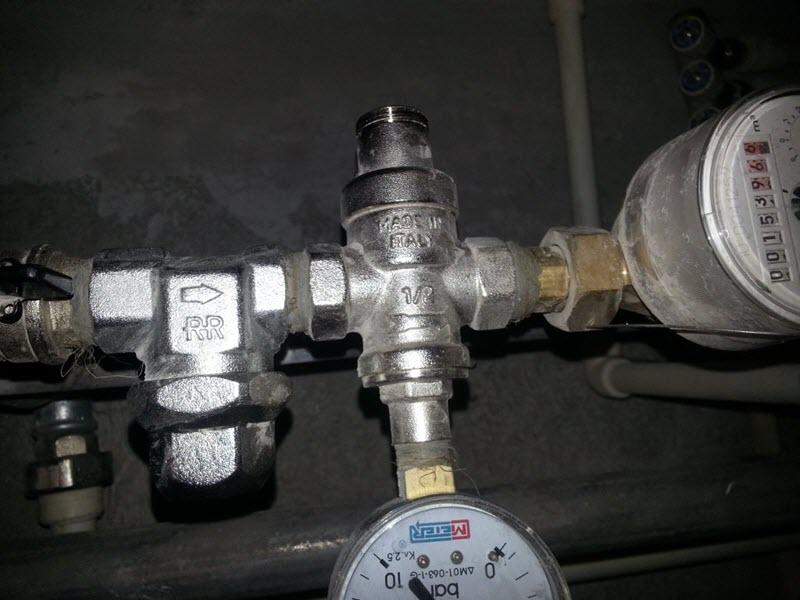 На фото редуктор для уменьшения напора воды