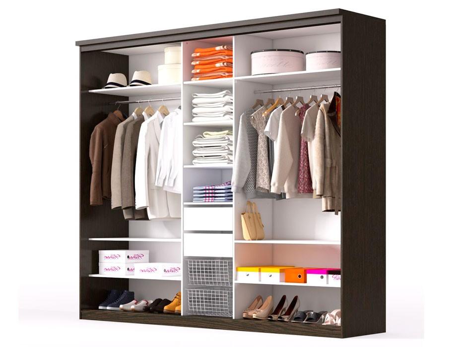 Пример трехсекционного шкафа с двумя отделениями для одежды.