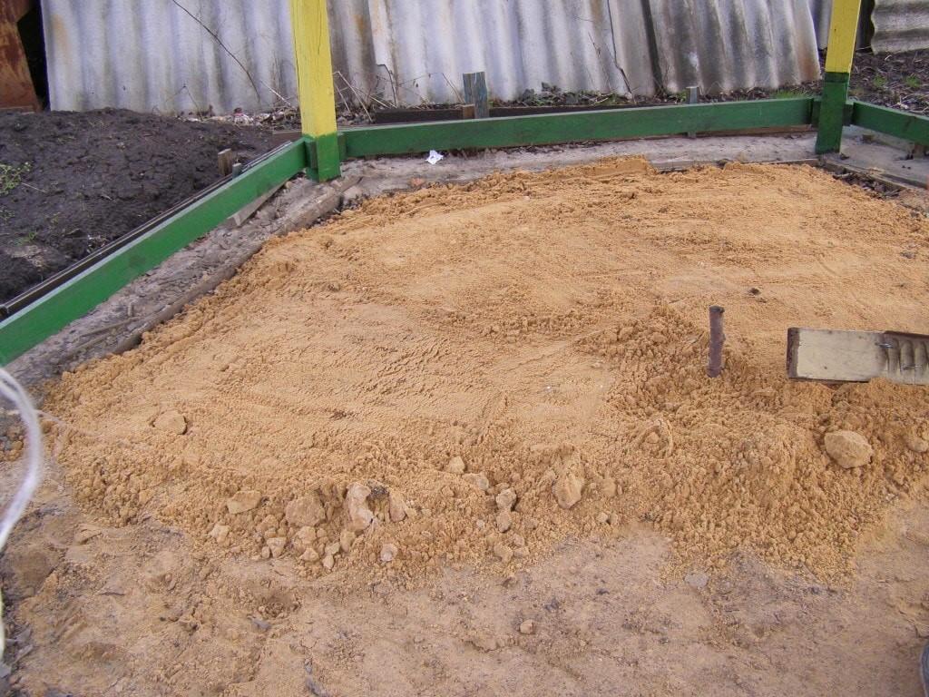 Трамбуем песок под фундамент беседки