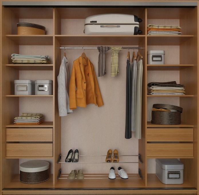 Трехсекционный шкаф со штангой в среднем отделении