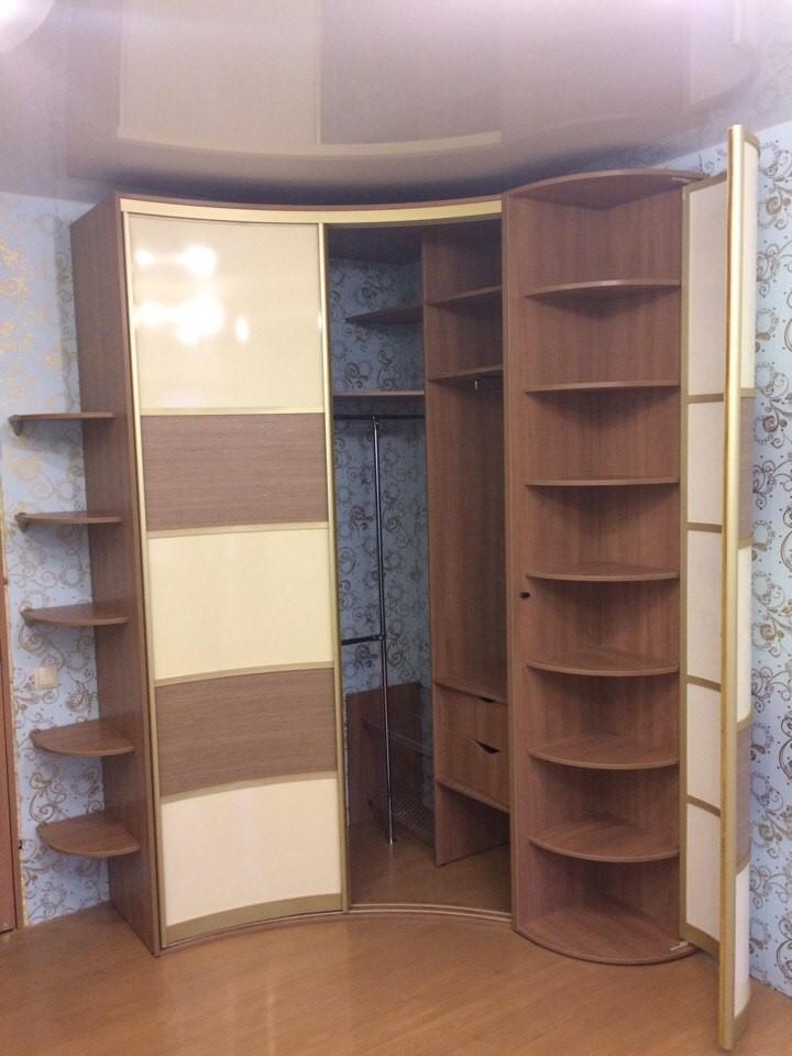 Угловую систему хранения можно сделать любой формы, подходящей под дизайн вашего дома