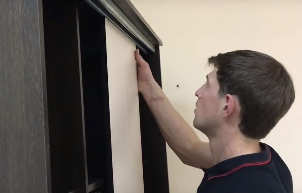 Устанавливается дверь шкафа