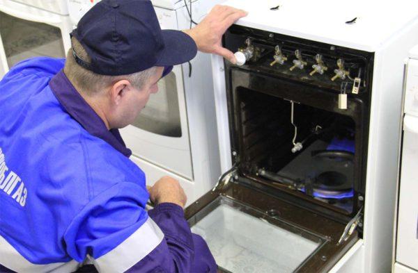 Установка и проверка газовой плиты сотрудником газовой службы
