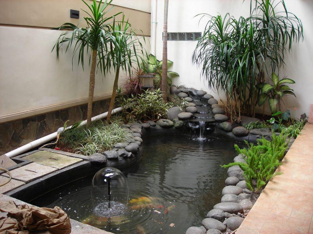 Для дополнительной влажности и красоты можно установить в саду искусственный водоём